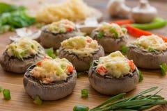 Ψημένα μανιτάρια με την άσπρα σάλτσα και τα λαχανικά στοκ εικόνα