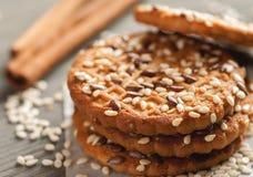 Ψημένα μπισκότα με το σουσάμι στον ξύλινο πίνακα Στοκ φωτογραφία με δικαίωμα ελεύθερης χρήσης