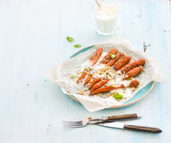 Ψημένα νέα καρότα με την κρέμα και τους σπόρους μέσα στοκ εικόνα