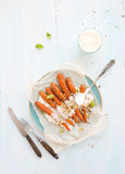 Ψημένα νέα καρότα με την κρέμα και τους σπόρους μέσα στοκ εικόνες με δικαίωμα ελεύθερης χρήσης