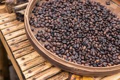 Ψημένα οργανικά arabica φασόλια καφέ Τροπικό εξωτικό νησί του Μπαλί, Ινδονησία Αυθεντικός καφές του Μπαλί σε έναν καφέ Στοκ Φωτογραφία