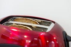 Ψημένα πιάτα του ψωμιού στην ηλεκτρική φρυγανιέρα Στοκ Φωτογραφίες