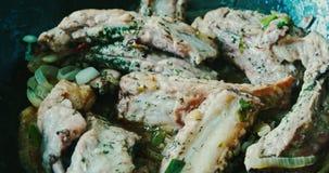 Ψημένα πλευρά χοιρινού κρέατος με τα καρυκεύματα στο τηγανίζοντας τηγάνι φιλμ μικρού μήκους