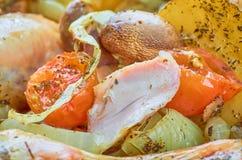 Ψημένα πόδια κοτόπουλου ψητού με τα διάφορα λαχανικά στοκ φωτογραφίες