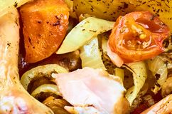 Ψημένα πόδια κοτόπουλου ψητού με τα διάφορα λαχανικά στοκ εικόνα με δικαίωμα ελεύθερης χρήσης