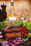 Ψημένα πλευρά χοιρινού κρέατος με τα λαχανικά και τη μουστάρδα Στοκ εικόνα με δικαίωμα ελεύθερης χρήσης