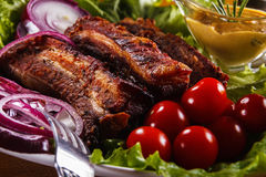 Ψημένα πλευρά χοιρινού κρέατος με τα λαχανικά και τη μουστάρδα Στοκ Εικόνα