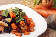 Ψημένα σαλάτα παντζάρια, φρέσκες καρότα και πατάτες Στοκ φωτογραφίες με δικαίωμα ελεύθερης χρήσης