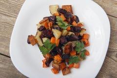 Ψημένα σαλάτα παντζάρια, φρέσκες καρότα και πατάτες Στοκ εικόνα με δικαίωμα ελεύθερης χρήσης