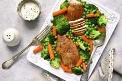 Ψημένα στήθη κοτόπουλου που διακοσμούνται με τα λαχανικά Τοπ όψη Στοκ εικόνα με δικαίωμα ελεύθερης χρήσης