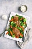Ψημένα στήθη κοτόπουλου που διακοσμούνται με τα λαχανικά Τοπ όψη Στοκ εικόνες με δικαίωμα ελεύθερης χρήσης