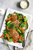 Ψημένα στήθη κοτόπουλου που διακοσμούνται με τα λαχανικά Τοπ όψη Στοκ Φωτογραφία