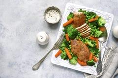 Ψημένα στήθη κοτόπουλου που διακοσμούνται με τα λαχανικά Τοπ όψη Στοκ Εικόνες