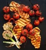 Ψημένα στη σχάρα λαχανικά με το τυρί halloumi σε ένα μαύρο υπόβαθρο Στοκ Εικόνες