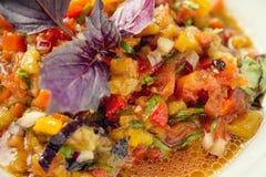 ψημένα στη σχάρα λαχανικά σ&alpha Μελιτζάνα, ντομάτες, πιπέρι, κρεμμύδι, χορτάρια μαύρο στενό μαλακό επάνω λευκό μαξιλαριών μικρο Στοκ Φωτογραφίες