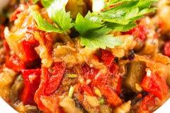 ψημένα στη σχάρα λαχανικά σ&alpha Μελιτζάνα, ντομάτες, πιπέρι, κρεμμύδι, χορτάρια μαύρο στενό μαλακό επάνω λευκό μαξιλαριών μικρο Στοκ Εικόνα