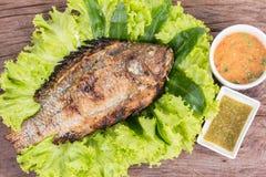 Ψημένα στη σχάρα αλάτι τοπικά τρόφιμα ψαριών της Ταϊλάνδης Στοκ φωτογραφία με δικαίωμα ελεύθερης χρήσης