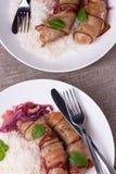 Ψημένα στη σχάρα βαυαρικά λουκάνικα με το ρύζι και τη μέντα στο άσπρο πιάτο Στοκ φωτογραφία με δικαίωμα ελεύθερης χρήσης