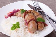 Ψημένα στη σχάρα βαυαρικά λουκάνικα με το ρύζι και τη μέντα στο άσπρο πιάτο Στοκ εικόνα με δικαίωμα ελεύθερης χρήσης