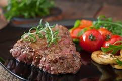 ψημένα στη σχάρα βόειο κρέας λαχανικά μπριζόλας Στοκ Φωτογραφίες
