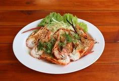 Ψημένα στη σχάρα γαρίδες και περικοπή στο μισό με τα λαχανικά και λάχανο στο άσπρο πιάτο στοκ εικόνα