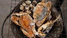 Ψημένα στη σχάρα γαρίδες, οστρακόδερμα και καβούρι στα κάγκελα σομπών, μαγειρεύοντας θαλασσινά σχαρών φιλμ μικρού μήκους