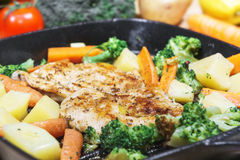 Ψημένα στη σχάρα λεμόνι τηγανισμένα στήθος λαχανικά κοτόπουλου στο τηγάνι Στοκ Εικόνα