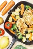 Ψημένα στη σχάρα λεμόνι τηγανισμένα στήθος λαχανικά κοτόπουλου στο τηγάνι Στοκ εικόνες με δικαίωμα ελεύθερης χρήσης