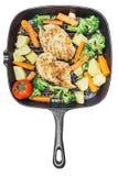 Ψημένα στη σχάρα λεμόνι τηγανισμένα στήθος λαχανικά κοτόπουλου στο τηγάνι Στοκ Φωτογραφίες