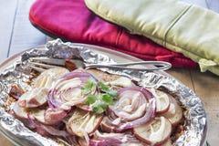 Ψημένα στη σχάρα καρυκευμένα κόκκινα πατάτες και κρεμμύδια με τη σάλτσα αγροκτημάτων Στοκ φωτογραφίες με δικαίωμα ελεύθερης χρήσης
