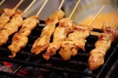 Ψημένα στη σχάρα καρυκεύματα ονομασμένο χοιρινό κρέας Satay σε Ταϊλανδό Στοκ φωτογραφίες με δικαίωμα ελεύθερης χρήσης