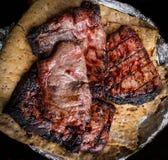 Ψημένα στη σχάρα κομμάτια του βόειου κρέατος στη τοπ άποψη lavash στοκ εικόνες