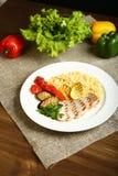 Ψημένα στη σχάρα κοτόπουλο και λαχανικά με bulgur Στοκ φωτογραφία με δικαίωμα ελεύθερης χρήσης
