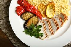 Ψημένα στη σχάρα κοτόπουλο και λαχανικά με bulgur Στοκ Φωτογραφίες