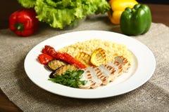Ψημένα στη σχάρα κοτόπουλο και λαχανικά με bulgur Στοκ εικόνα με δικαίωμα ελεύθερης χρήσης