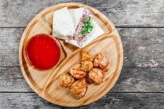 Ψημένα στη σχάρα κοτόπουλο και λαχανικά με τη φρέσκια σαλάτα και bbq τη σάλτσα στον τέμνοντα πίνακα στο ξύλινο υπόβαθρο κοντά επά Στοκ φωτογραφίες με δικαίωμα ελεύθερης χρήσης