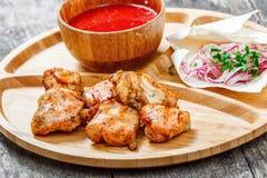 Ψημένα στη σχάρα κοτόπουλο και λαχανικά με τη φρέσκια σαλάτα και bbq τη σάλτσα στον τέμνοντα πίνακα στο ξύλινο υπόβαθρο κοντά επά Στοκ Εικόνες