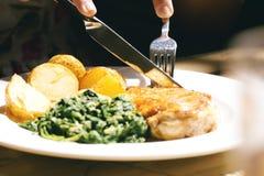 Ψημένα στη σχάρα κοτόπουλο, ντομάτες και σπανάκι Στοκ φωτογραφία με δικαίωμα ελεύθερης χρήσης