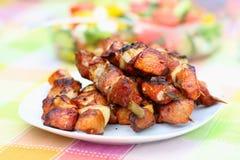 Ψημένα στη σχάρα κρέας και λαχανικά στον πίνακα πικ-νίκ Στοκ φωτογραφία με δικαίωμα ελεύθερης χρήσης