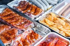 Ψημένα στη σχάρα κρέας και λουκάνικα σε μια σχάρα Στοκ Φωτογραφίες