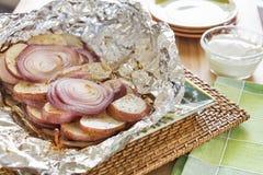 Ψημένα στη σχάρα κόκκινα πατάτες και κρεμμύδια με τη σάλτσα αγροκτημάτων Στοκ φωτογραφία με δικαίωμα ελεύθερης χρήσης