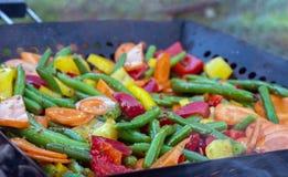 Ψημένα στη σχάρα λαχανικά: πράσινα φασόλια, κόκκινα και κίτρινα πιπέρια κουδουνιών Στοκ Φωτογραφία
