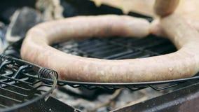 Ψημένα στη σχάρα λουκάνικα bbq Ποικιλία ` αρχική Νυρεμβέργη Rostbratwurst ` φιλμ μικρού μήκους