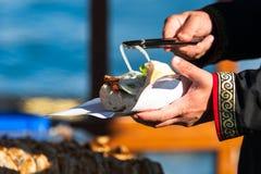 Ψημένα στη σχάρα λωρίδα ψάρια παλαμίδων palamut στο ψωμί ειδικό στο bosphorus της Ιστανμπούλ Στοκ Φωτογραφίες