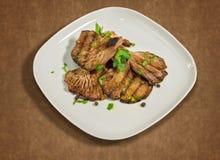Ψημένα στη σχάρα μανιτάρια με το μαϊντανό, την πάπρικα και λίγα σιτάρια του μαύρου πιπεριού Στοκ εικόνα με δικαίωμα ελεύθερης χρήσης