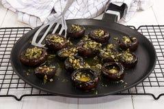 Ψημένα στη σχάρα μανιτάρια με το τεμαχισμένους σκόρδο και το μαϊντανό Στοκ φωτογραφία με δικαίωμα ελεύθερης χρήσης