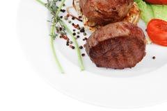 Ψημένα στη σχάρα μενταγιόν λωρίδων βόειου κρέατος Στοκ φωτογραφία με δικαίωμα ελεύθερης χρήσης