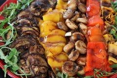 Ψημένα στη σχάρα μεσογειακά λαχανικά σε έναν ακατέργαστο στοκ φωτογραφίες