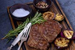 Ψημένα στη σχάρα μπριζόλα και λαχανικά βόειου κρέατος striploin Στοκ Εικόνες