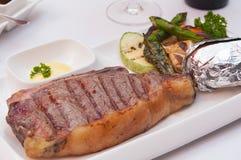 Ψημένα στη σχάρα μπριζόλα και λαχανικά κρέατος Στοκ Φωτογραφία